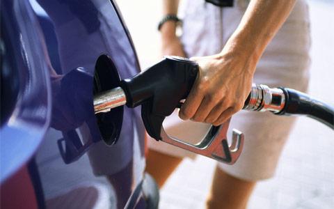 La benzina aumenta ancora, ma i tagli alle auto blu quando arrivano?