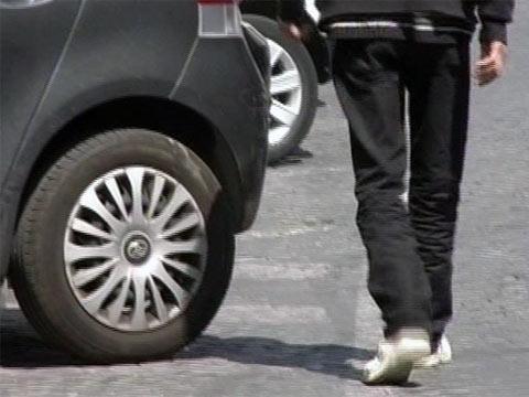 """Parcheggiatore abusivo con uno """"stipendio"""" di quasi 4.000 euro al mese"""